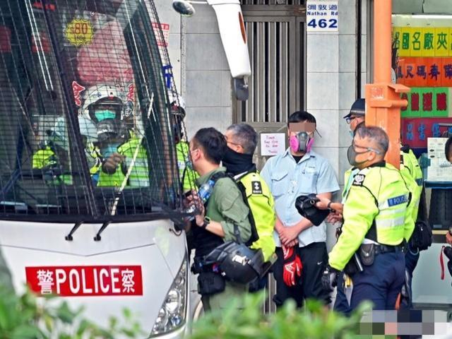 中国香港涉危驾大巴驾驶员被测一不小心安全驾驶:单手控汽车方向盘作激怒手式