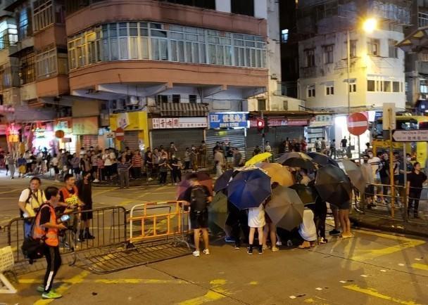 当激光笔被用来照亮警车和警察的脸时,香港人认为香港警察追错了人