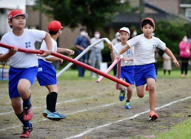 日本小学运动会现在是2米长的接力棒,网友吐槽:我以为只是一段