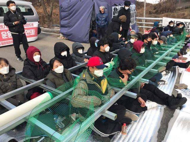 """从美国和韩国到""""萨德""""基地的物资运输被居民封锁,有人扬言要跳崖。"""