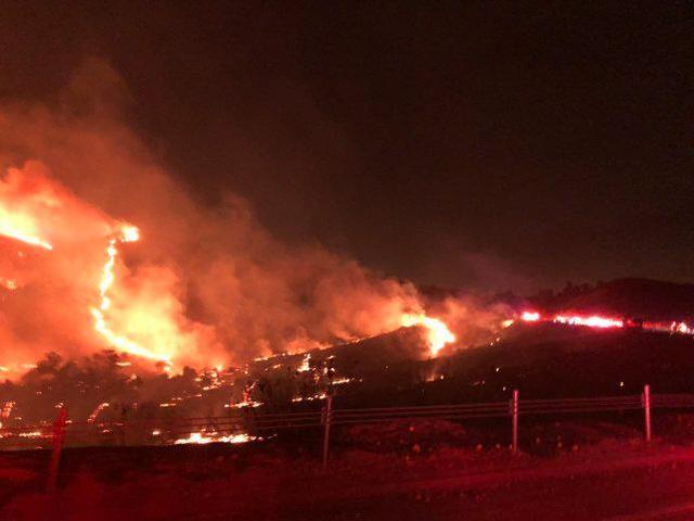 平安夜美军基地发生火灾,7000多人连夜避难。