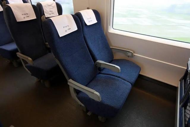 该男子买了二等座却占了一等座,侮辱空姐,被拘留了五天。