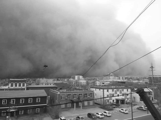 风力达到十二级,卷走了几千只牛羊,强烈的沙尘暴袭击使十人丧命!